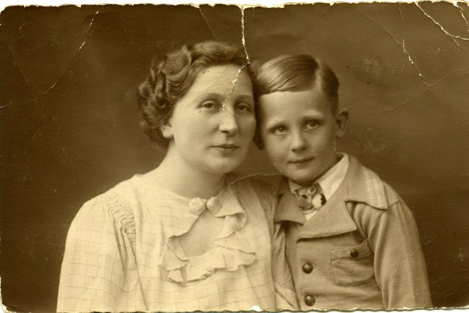 Rolf Hoppe 1935 mit seiner Mutter Hildegard.