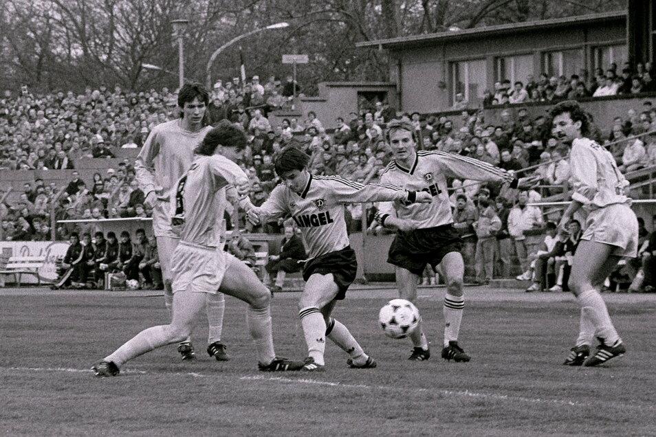 Im April 1990 trennte sich Dynamo mit Jörg Stübner (Mitte; 2019 verstorben) und Frank Lieberam zu Hause mit 1:1 von Hansa Rostock. Die Dresdner wurden in dem Jahr zum achten Mal Meister.