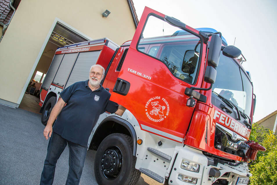JochenTzschau zeigt als Ortswehrleiter das neue TLF 4000 der Feuerwehr Weigersdorf. Am Sonnabend erhält es seine feierliche Fahrzeugweihe.