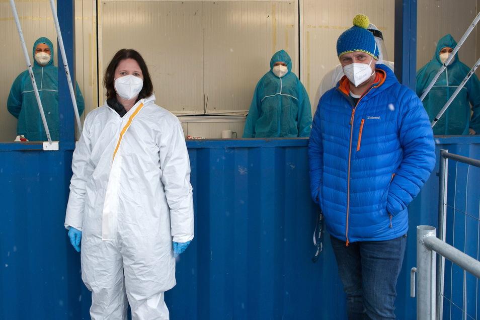 Nicole Modl und Helge Rupprich von Modl Medical mit Mitarbeitern im Covid-Schnelltest-Zentrum bei Birkenstock in Görlitz.