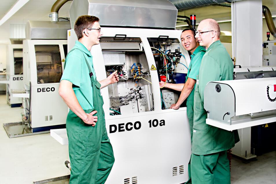 Die Arbeit an einer Drehmaschine fordert technisches Verständnis.