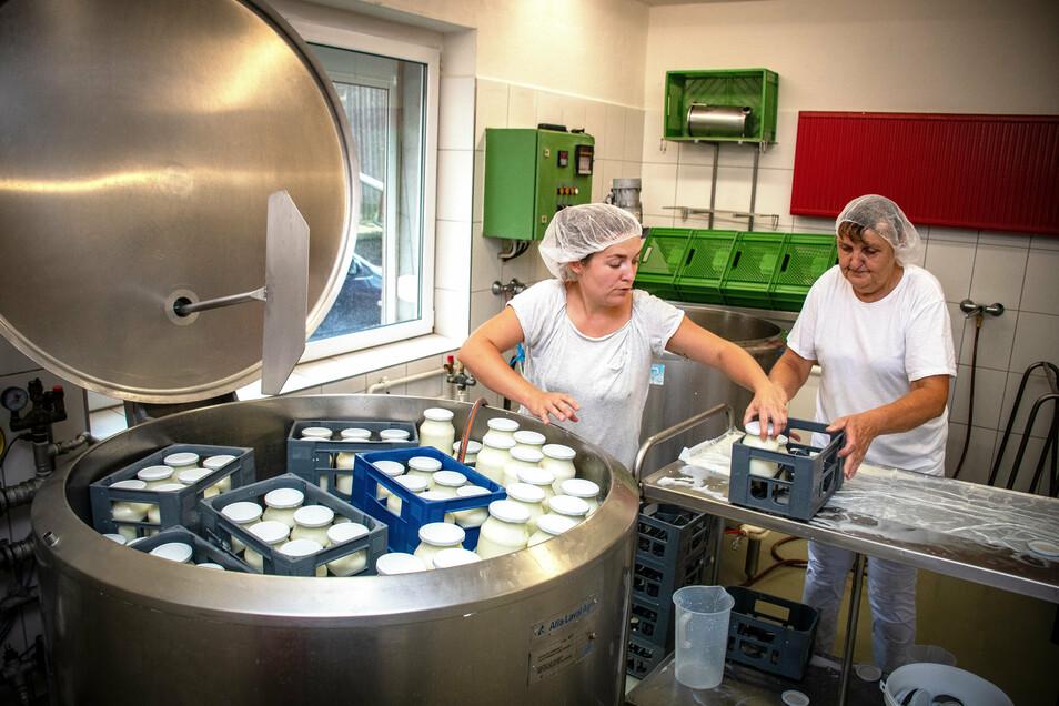 Sarah Schmidt und Elke Kruhn arbeiten in der Käserei. Hier entstehen Frischkäse, Joghurt, Quark und Butter.