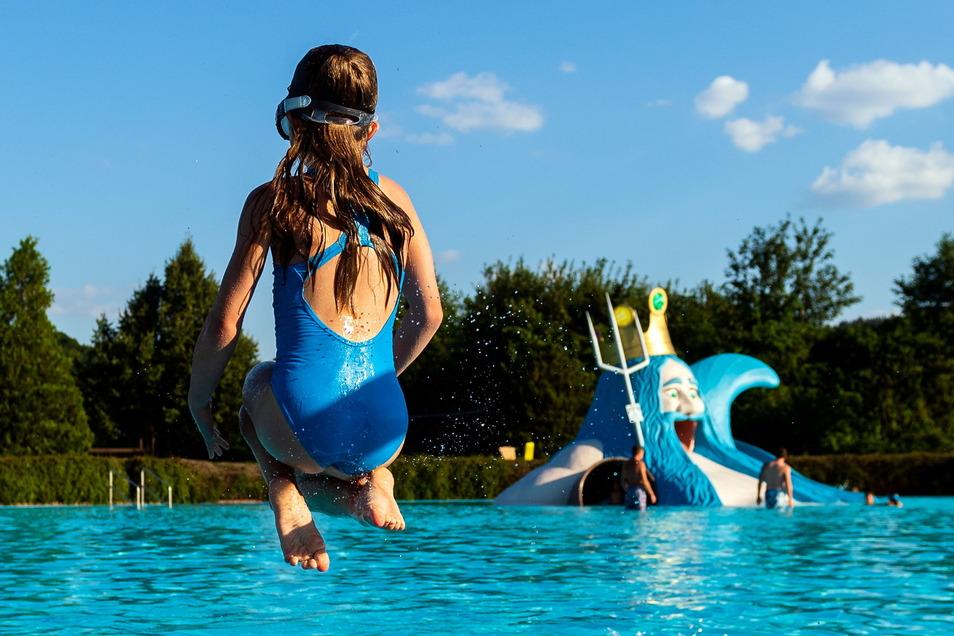 Bei schönem Wetter gehen Kinder und Jugendliche in den Sommerferien gern baden - zum Beispiel im Freibad Burkau. Doch im Landkreis Bautzen gibt es noch viel Freizeitangebote.