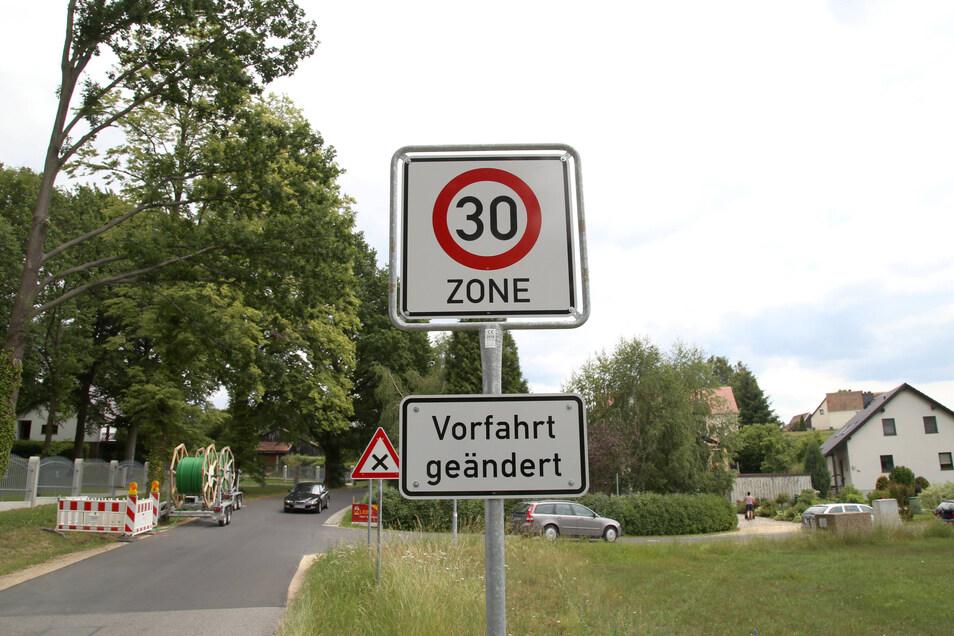 Seit etwa vier Wochen gibt es in Torga eine 30er-Zone. Das bedeutet: rechts vor links. Und damit öfter anhalten, was den Verkehrsfluss - gewollt - ins Stocken bringt.