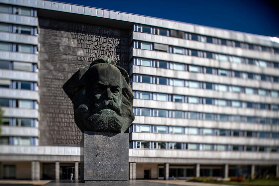 """Markant ragt das Karl-Marx-Monument im Zentrum von Chemnitz empor. Der """"Nischel"""", wie die Chemnitzer ihre riesige Marx-Skulptur nennen, ziert Briefmarken, Tassen und Kreditkarten."""