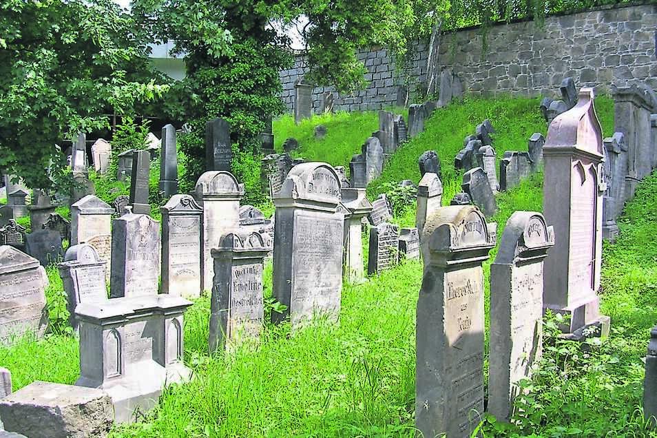 Auf dem jüdischen Friedhof in Liberec werden einige Grabsteine restauriert.