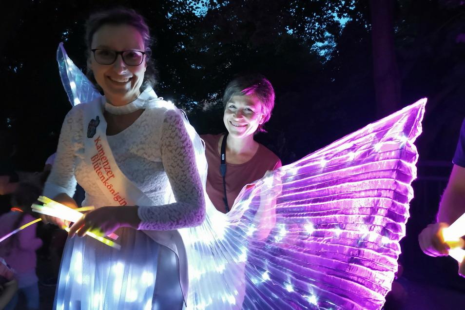Bereit zum Glühwürmchenumzug: Blütenkönigin Julia Petzold (l.) führte den kleinen Lampionzug über die Schillerpromenade an. Citymanagerin Anne Hasselbach hatte bei der Ausstattung geholfen und die Idee dazu geliefert. Foto: Ina Förster