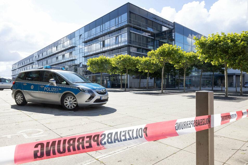 Ein Polizeiauto steht nach einer Bombendrohung vor dem Justizzentrum Erfurt.