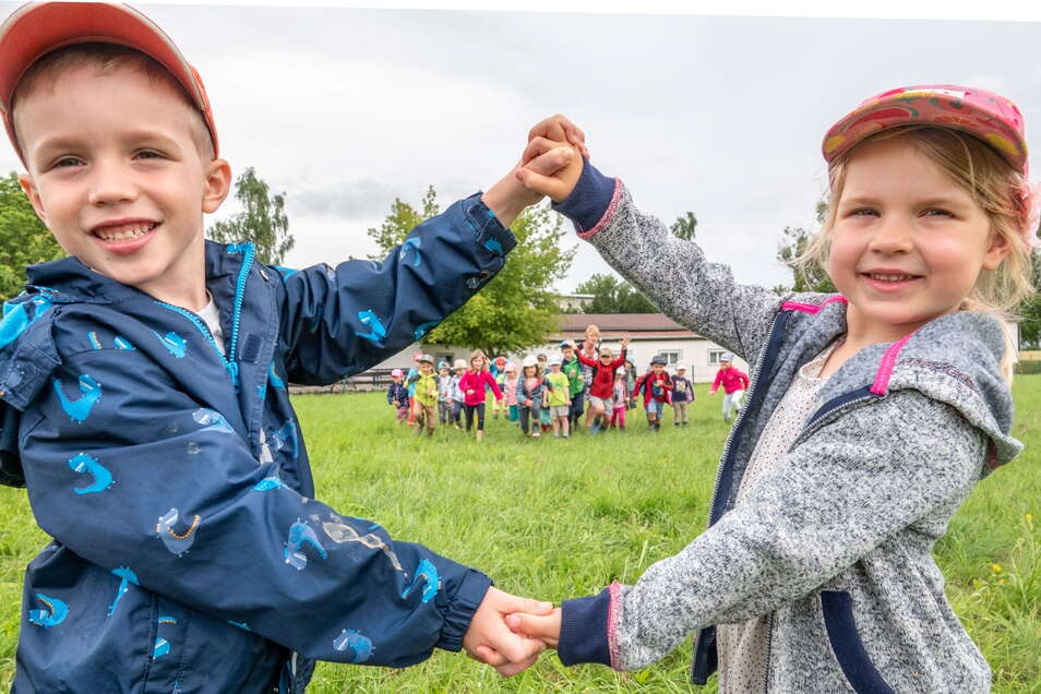"""Arnold und Jolene freuen sich wie alle Kinder der Kita """"Zwergenland"""" in Lüttewitz auf den Spielplatz. Der soll hinter dem Sportkomplex entstehen. Die Spielgeräte sind bereits bestellt."""