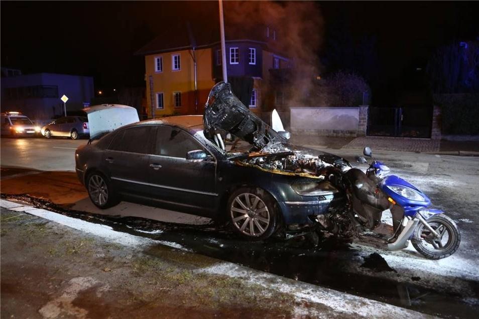 Der 45 Jahre alte Mopedfahrer blieb mit lebensgefährlichen Verletzungen auf der Straße liegen, erlag am Nachmittag seinen Verletzungen.