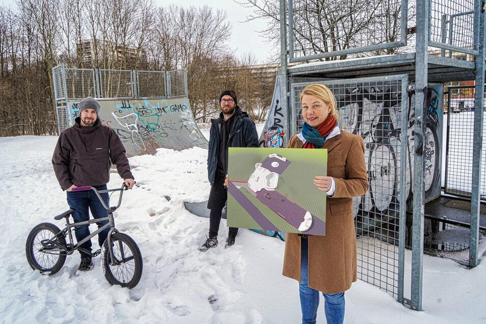 Ein neuer Skatepark entsteht in Bautzen. Deshalb will Kirsten Schönherr (l.) von der Bautzener Wohnungsbaugesellschaft die alten Rampen (im Hintergrund) verschenken.