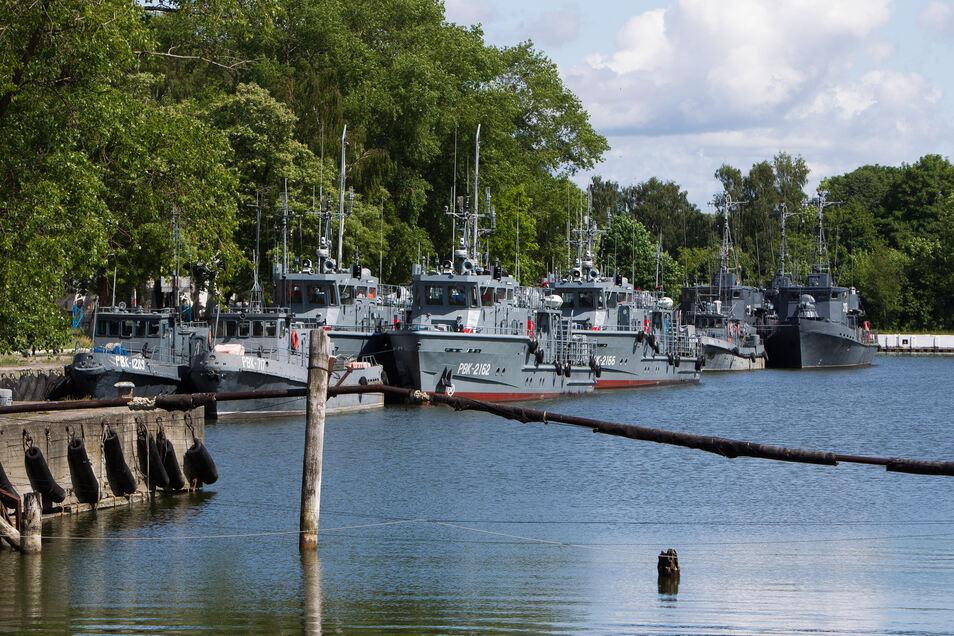 Kriegsschiffe stehen im Hafengebiet von Kaliningrad.