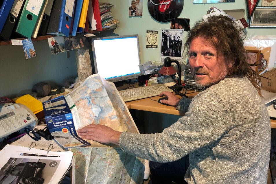 """Anstatt auf Tour in Nepal macht Götz Wiegand derzeit Büroarbeit im """"Breitengrad"""" in Dresden-Laubegast. Hier plant er die nächsten Touren."""