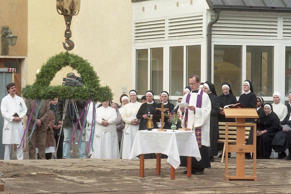 Gottesdienst zum Richtfest am St. Carolus Krankenhaus im Jahr 2000, damals noch mit einigen Schwestern mehr.