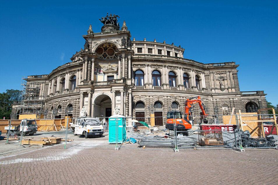 Die letzten Bauzäune vor der Semperoper verschwinden jetzt. Die Sanierung am Haupteingang wird abgeschlossen.