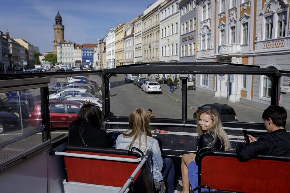 Der rote Doppelstock-Bus bietet einen ungewöhnlichen Blick auf die Stadt. Der Görliwood-Entdecker kombiniert auf seiner Tour die klassische Stadtrundfahrt mit dem speziellen Thema Filmstadt Görlitz.