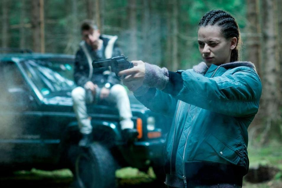 Anders als ihre Eltern findet Sofia (Emma Preisendanz) den Mafia-Ausputzer Pippo (Emiliano De Martino) ziemlich cool. Er bringt ihr sogar das Schießen bei. Das wird Pippo allerdings bald bereuen.