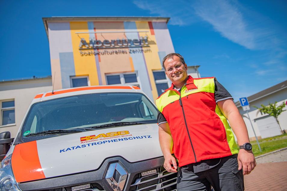 Organisation ist alles: Alexander Kurz, Bereichsleiter vom Arbeiter-Samariter-Bund, sorgt gemeinsam mit seinen Mitstreitern vom Deutschen Roten Kreuz für den reibungslosen Ablauf der Impfungen vor Ort.