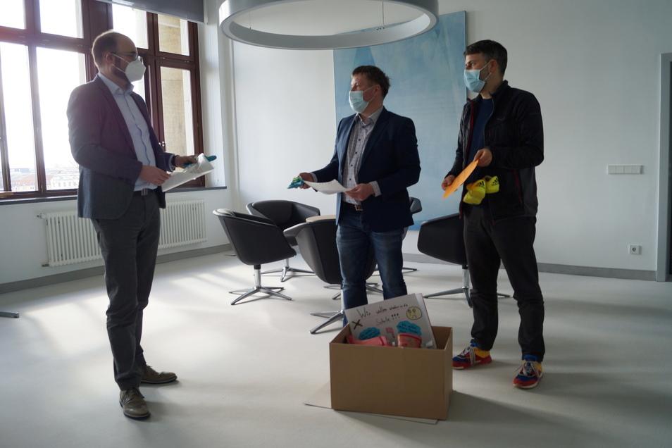 Am Montag nutzten OB Sven Mißbach (Mitte) und der städtische Wirtschaftsförderer Tom Quenstedt die Gelegenheit, und übergaben einen Teil der Kinderschuhe an Kultusminister Christian Piwarz.