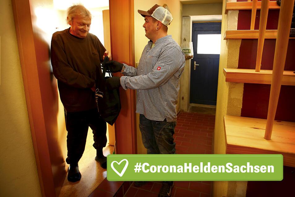 Manuel Terne bringt Bernd Eichler das Essen an die Tür.