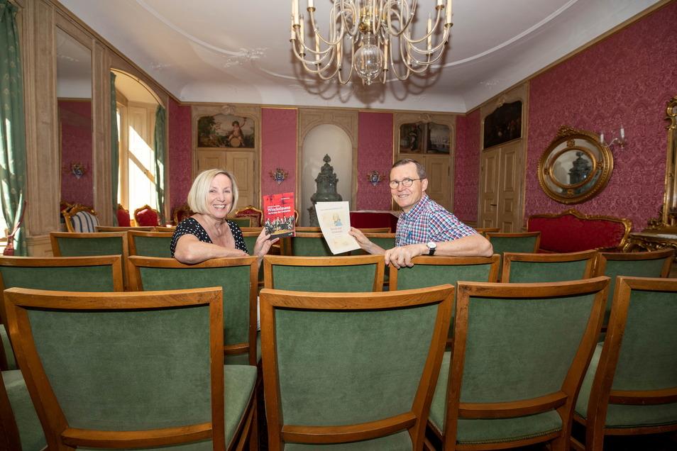 Irmela Werner und Fritz Kuhlmann vom Schloss-Verein sitzen im Ballsaal des Schlosses Nöthnitz. Hier finden bald wieder Veranstaltungen statt.