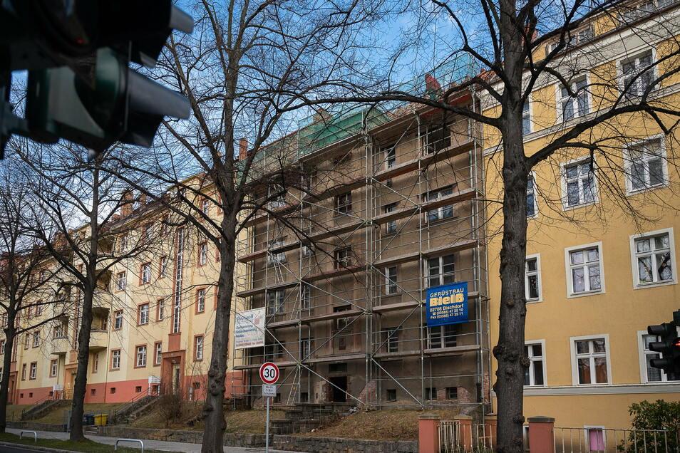 Auf der Reichertstraße 28 hat die Sanierung gerade begonnen. Drinnen gibt es acht Wohnungen.