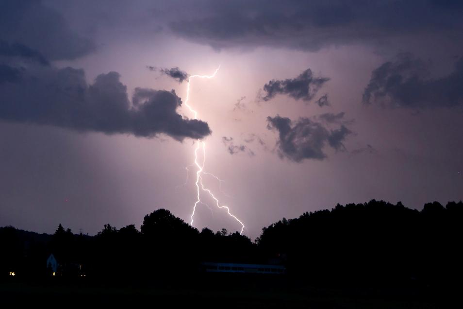 Die Menschen in Sachsen müssen sich ab Dienstagabend auf schwere Unwetter mit Gewittern einstellen.