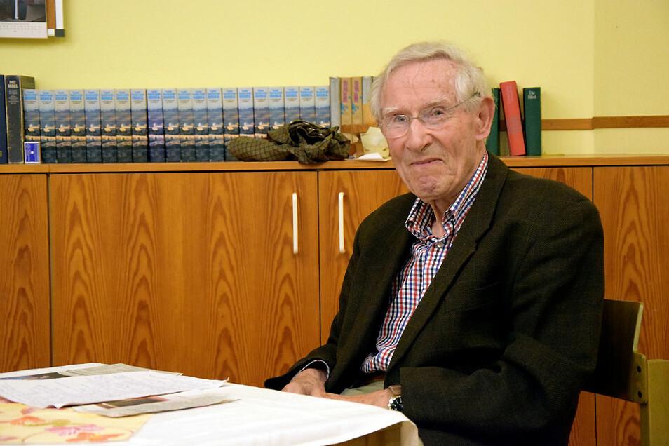 Hoyerswerdas Landrat i. R. Wolfgang Schmitz bei seinem Vortrag im Martin-Luther-King-Haus an der Dietrich-Bonhoeffer-Straße.