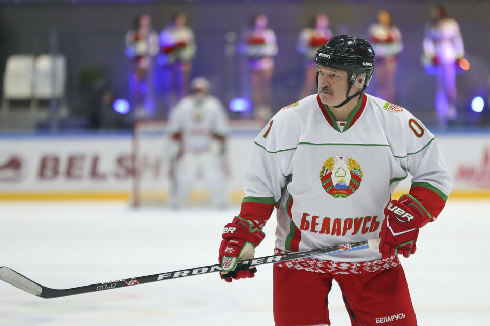 Alexander Lukaschenko zeigt sich gern als Eishockey-Hobbyspieler, wie hier während eines Amateurwettbewerbs Anfang April in Minsk.