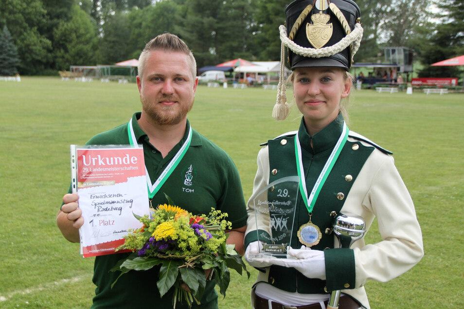Erwachsenen Stabführerin Jeanine-Lisette Eisner und der Musikalischer Leiter Tom Schwenke von den Radeberger Spielleuten nahmen Pokal und Urkunde entgegen.