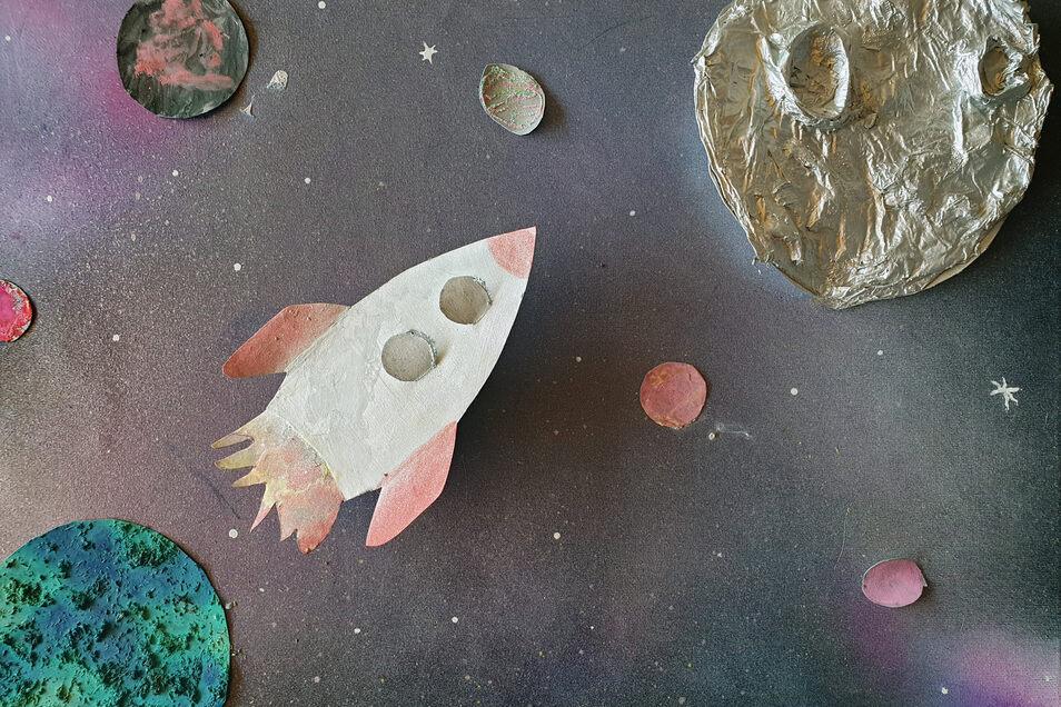 """Keanu Kusche hat für sein Bild unter dem Titel """"Mein Traum – die Reise zum Mond"""" Pappmaché und Sprühfarbe verwendet. Beim Gestalten der Erde kam sogar Teesatz zum Einsatz."""