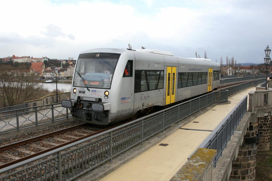 Triebwagen auf der Stadtbrücke in Pirna: Nächste Woche sind bis Dürrröhrsdorf nur Busse unterwegs.