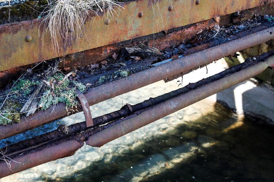Auch die Schutzrohre für die Leitungen sind verrottet.