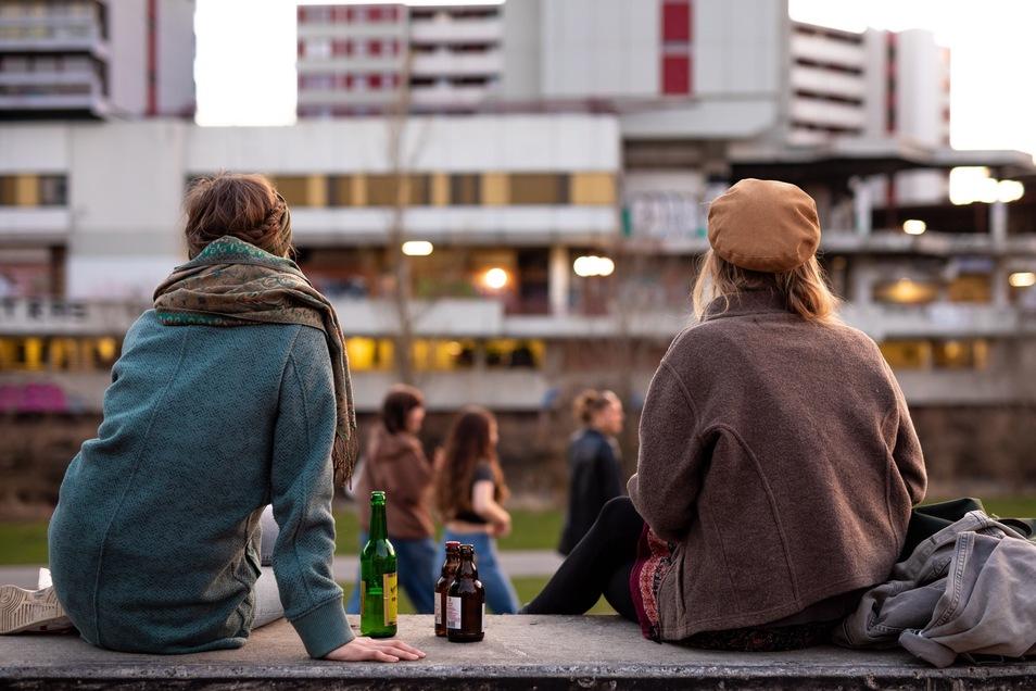 """Durch die jüngste Aufhebung von Corona-Auflagen für Geimpfte und Genesene sieht der Deutsche Ethikrat die jüngere Generation """"doppelt im Nachteil""""."""