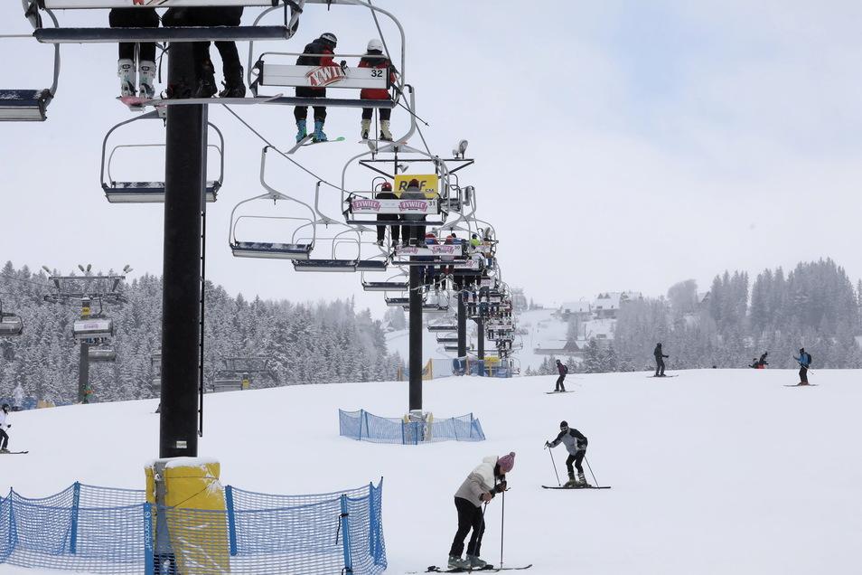 Mitte Februar öffneten in Polen zum Beispiel die Skigebiete, zum Beispiel in Bialka Tatrzanska. Mancherorts, etwa in Karpacz, kam es aber zu regelrechten Anstürmen.