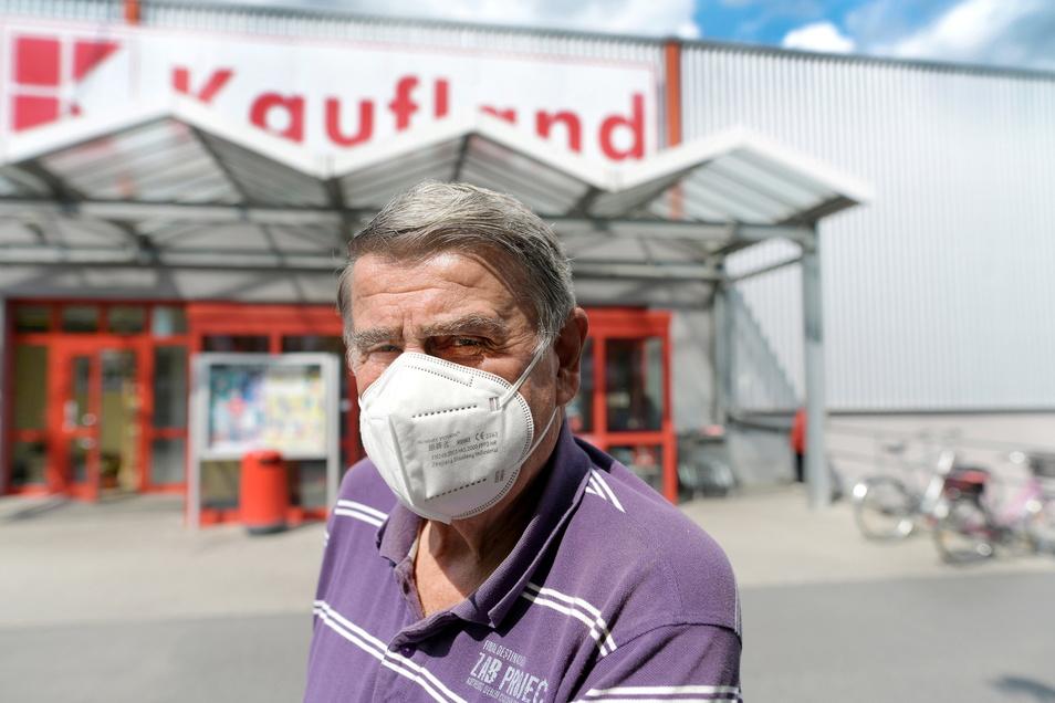 Dieter Lehmann aus Zittau gehört zu denen, die beim Einkauf im Kaufland in Zittau-Ost die Maske freiwillig aufsetzen.