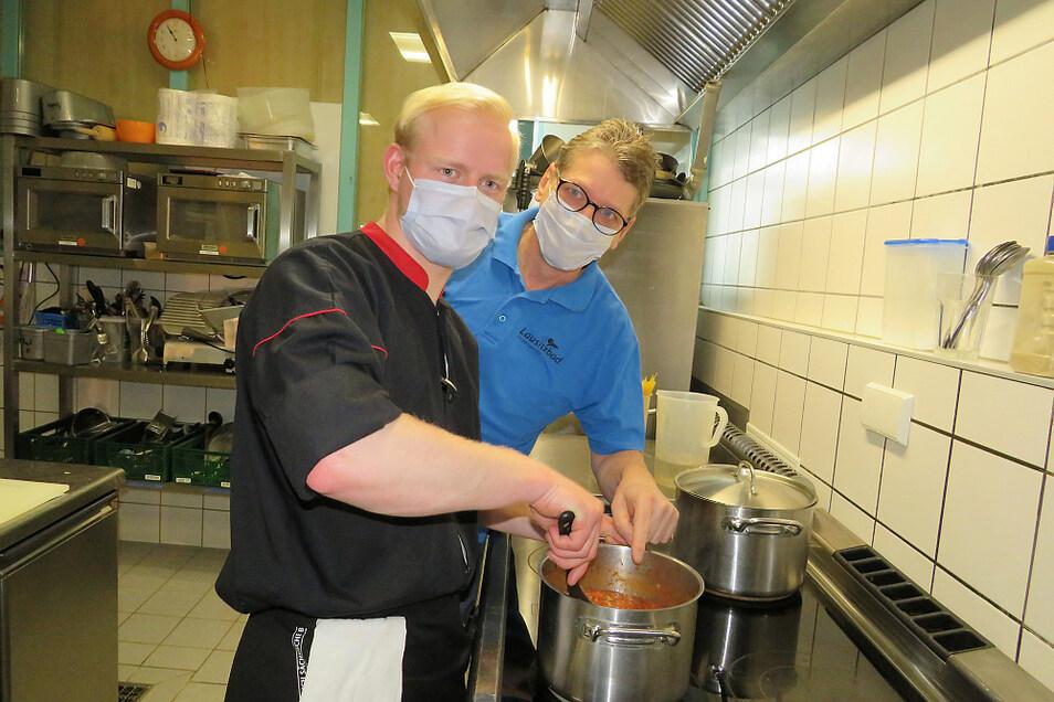 Azubi Tobias (vorn) und Gastro-Leiter Marko Böhme sind in der Küche damit beschäftigt, Spaghetti Bolognese herzustellen. Die norditalienische Spezialität mit ihrer Hackfleisch-Sauce gehört zum Repertoire eines jeden künftigen Küchenchefs.