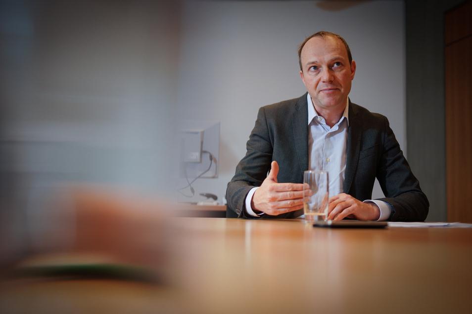 Seine Behörde hat einen längeren Namen als bisher: Wolfram Günther führt das Ministerium für Energie, Klimaschutz, Umwelt und Landwirtschaft. Die beiden ersten Namensteile sind neu.