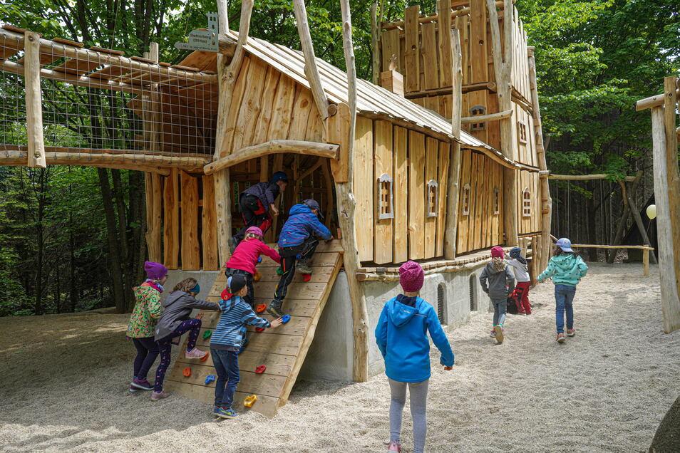 Am Dienstag wurde offiziell der erweiterte Spielplatz auf dem Butterberg eingeweiht. Mädchen und Jungen des Kinderhauses Butterbergwichtel waren dabei.