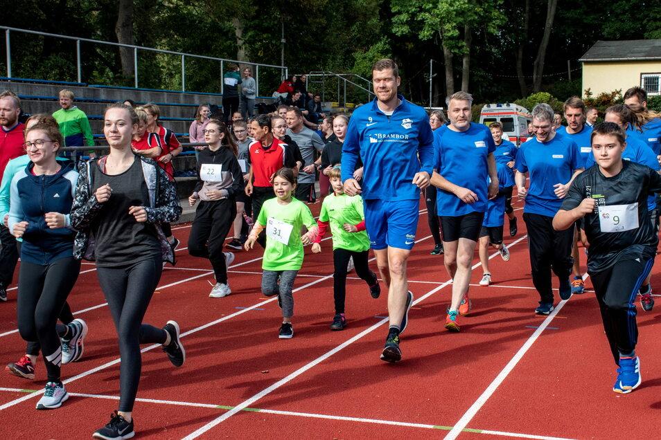 Gestartet wurde beim Lauf mit Herz wegen Corona dieses Mal in drei Gruppen zu verschiedenen Zeiten. Beim zweiten Start waren rund 130 Läufer dabei. Kein Vergleich zu früheren Veranstaltungen, bei denen sich fast 1.000 Läufer gleichzeitig in Bewegung se
