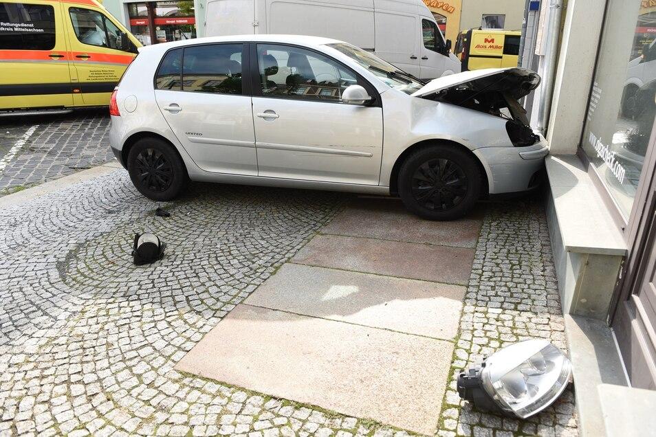 Der VW kam erst an einem Schaufenster an der Ritterstraße zum Stehen. Zuvor rammte die Fahrerin drei andere Autos.