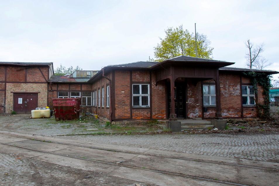 Dieses Gebäude war für die Schule gedacht, doch es musste aufgrund des Zustandes abgerissen werden. Die Fläche bleibt für die Schule reserviert.