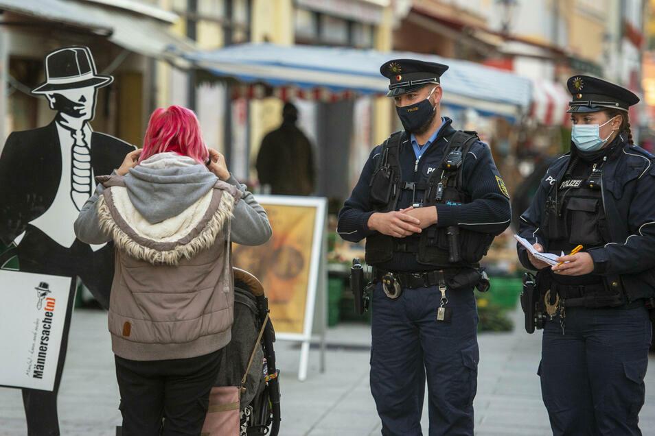 Wie hier auf diesem Symbolbild ging die Polizei in Zittau und Neugersdorf gegen Verstöße gegen die Maskenpflicht und andere Verstöße vor.