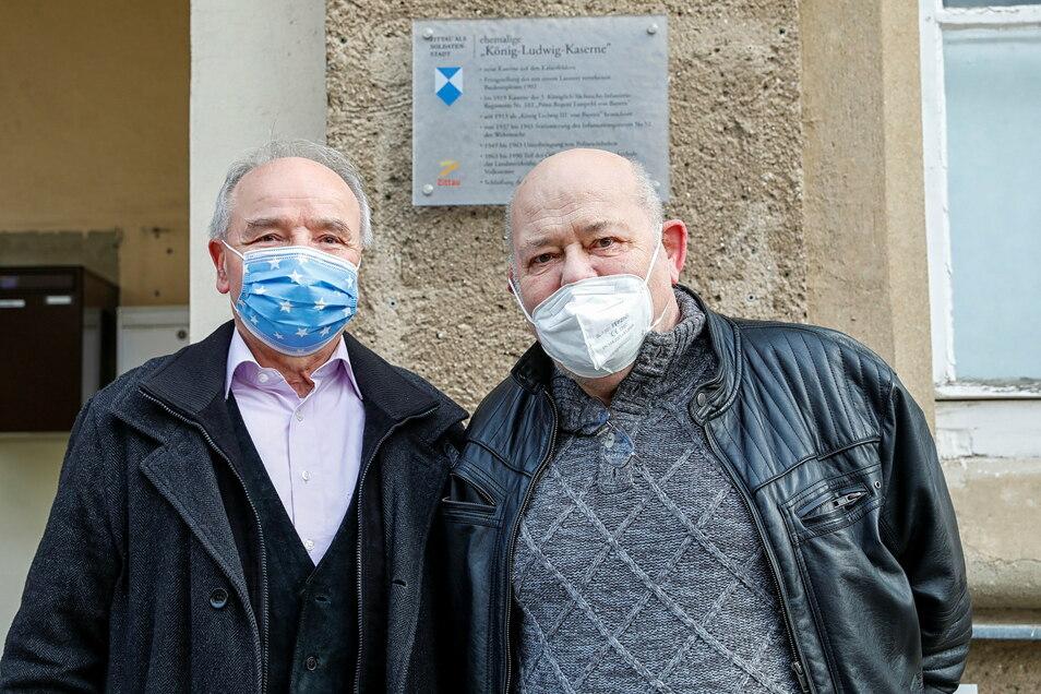 Ernst Weyer (links) vom Deutschen Bundeswehrverband und der ehemalige Stadtrat Rainer Harbarth vor der ersten angebrachten Gedenktafel am Technischen Rathaus.