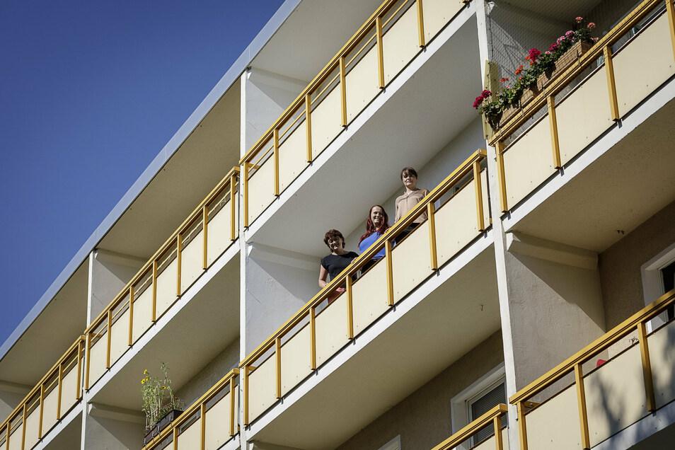 Vermieterin Dörte Petschel, Kundenbetreuerin Sandra Dreßler und Immobilienmanagement-Leiterin Heike Baumgart (v.l.) von der TAG Wohnen stehen auf einem Balkon am Ostring in Görlitz-Königshufen.