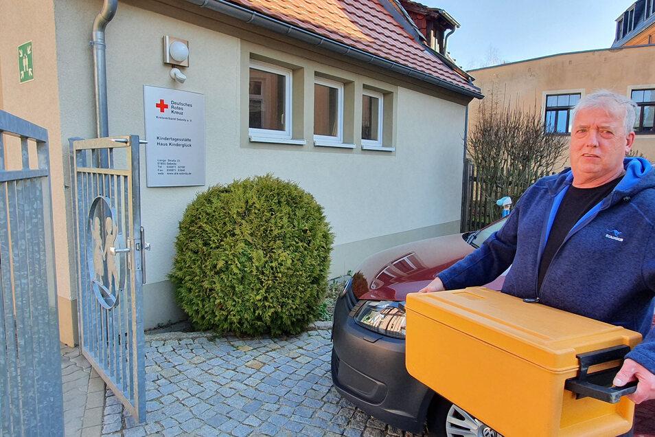 Andreas Schöne von Tischlein Deck Dich beliefert die DRK-Kita Haus Kinderglück in Sebnitz.
