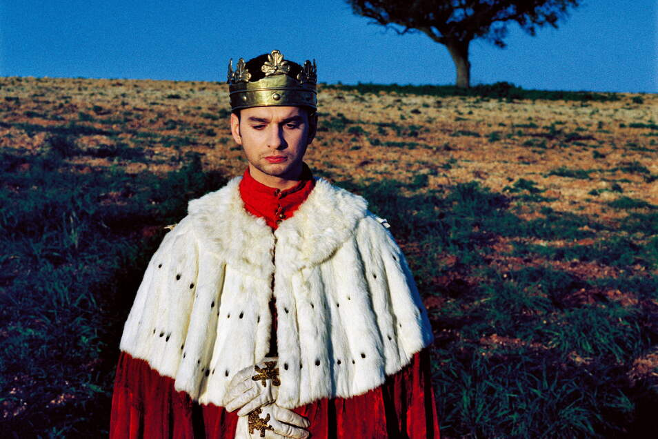 """Einmal König sein: Für """"Enjoy the Silence"""" durfte Dave Gahan 1990 unter anderem bei Aufnahmen in Portugal in entsprechender Robe posieren."""