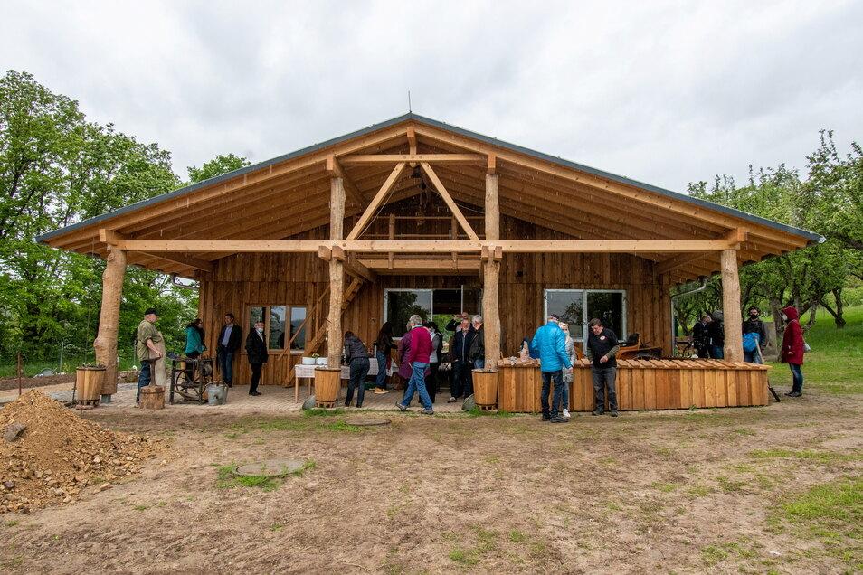 Der Stall als eines der Herzstücke des Schulbauernhofes Klosterbuch ist in ökologischer Bauweise entstanden: mit viel Holz und Wänden aus Lehm und Hanf als Dämmmaterial.