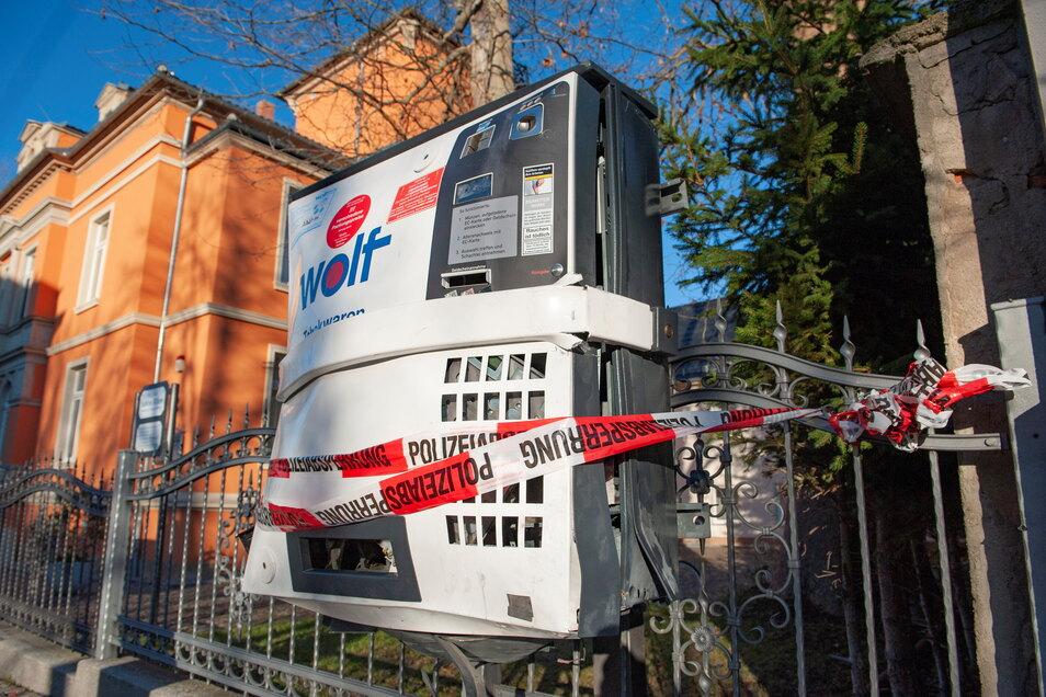 Der gesprengte Zigarettenautomat an der Bahnhofsstraße in Großenhain am Tag nach der 2020er Neujahrsnacht.