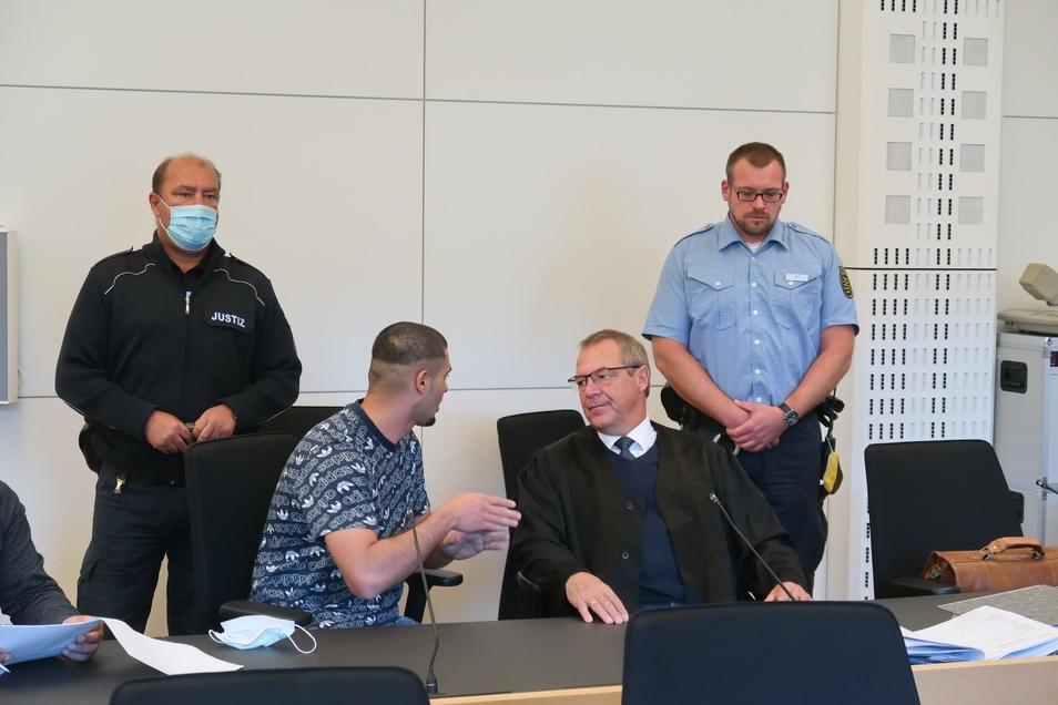 Der Angeklagte Lawin P. spricht mit seinem Verteidiger Jürgen Saupe (r.). Zum Prozessauftakt macht der 22-Jährige von seinem Schweigerecht Gebrauch.
